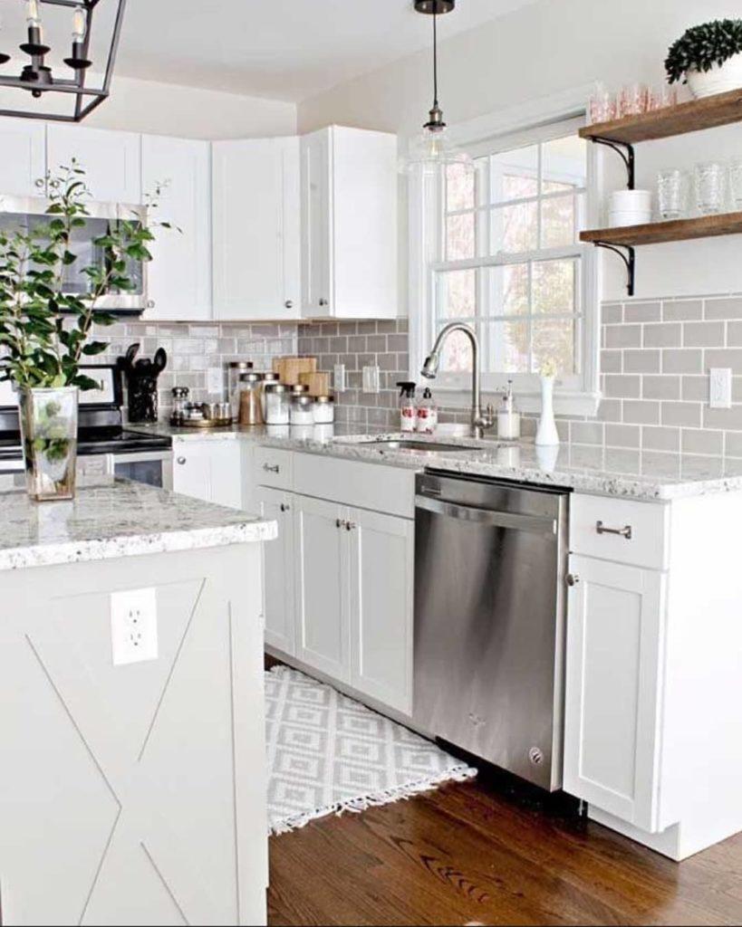 Cozinha clean com azulejos de tijolinhos cinzas.