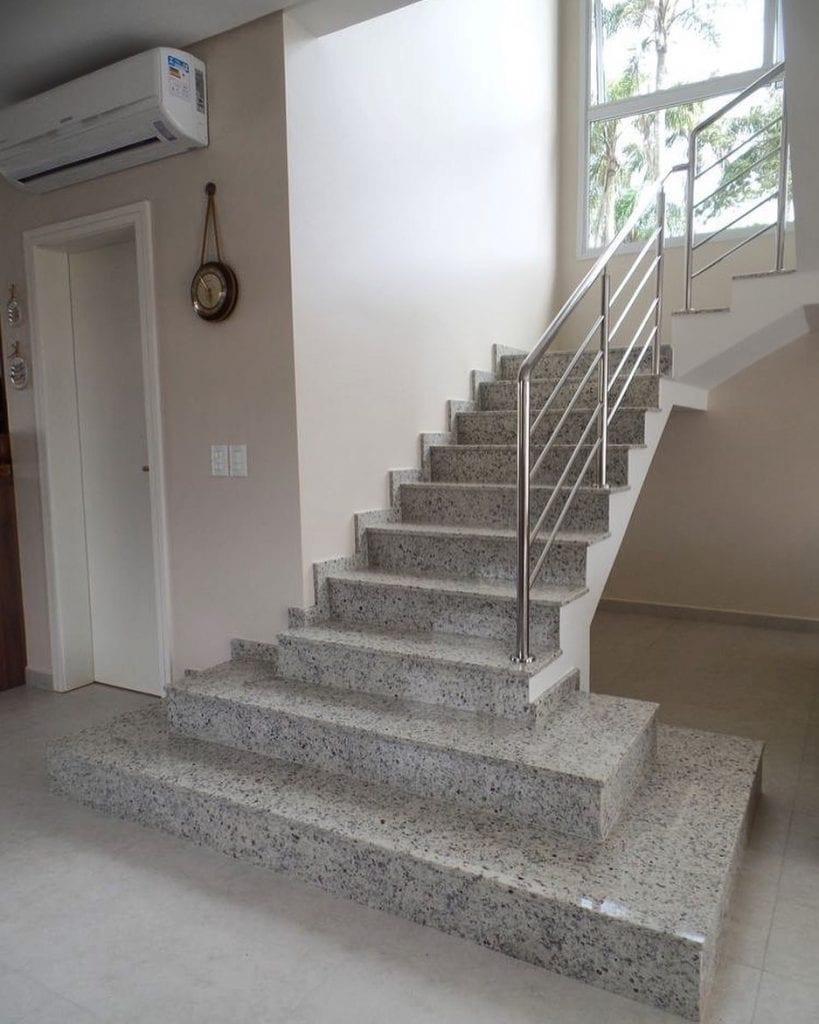 Escada de granito branco.