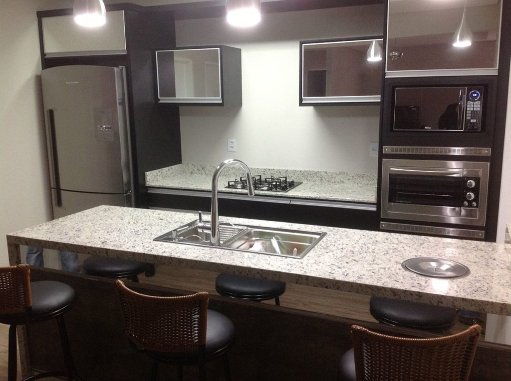 Cozinha americana moderna com armários pretos.