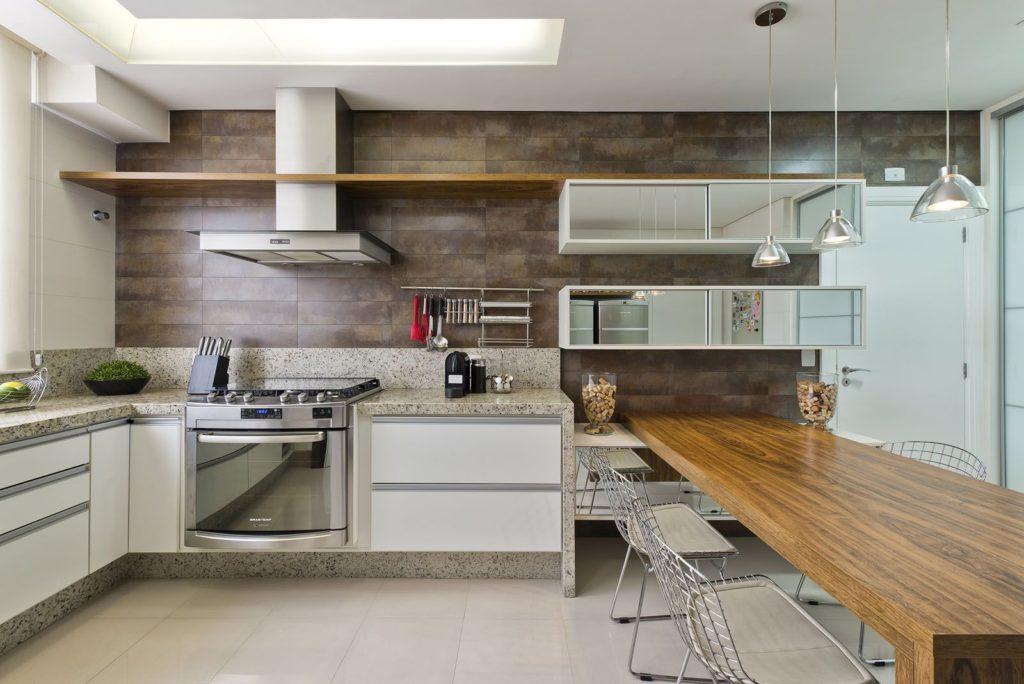 Cozinha com mesa de madeira.