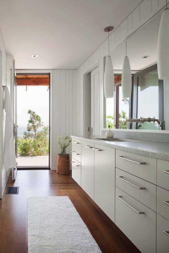Banheiro amplo com piso vinílico.
