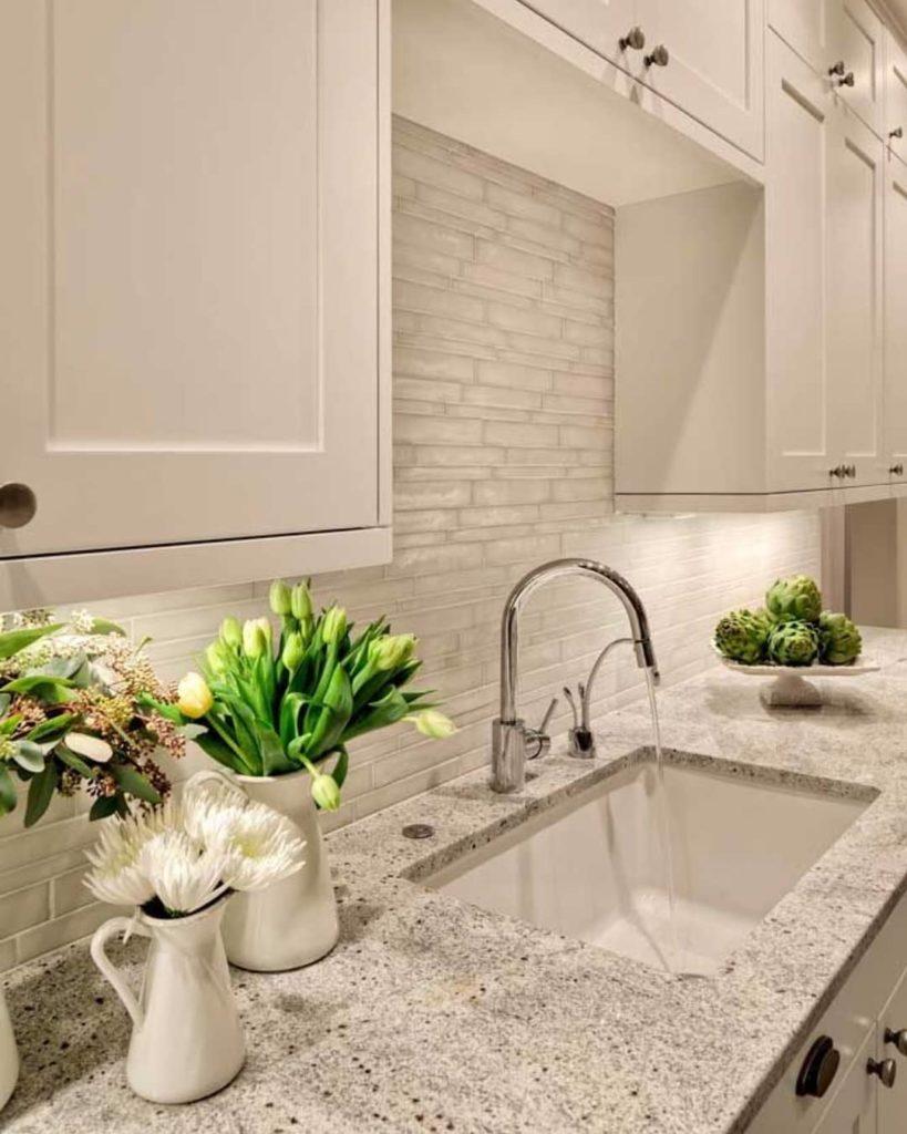 Cozinha clássica com revestimento de pedra branca.