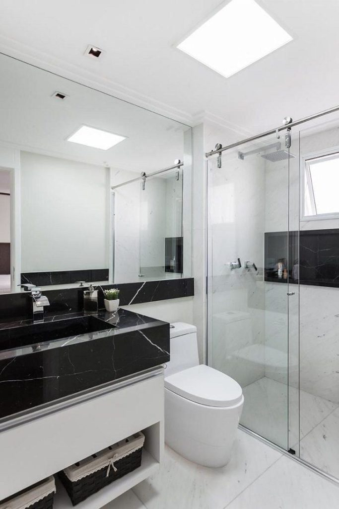 Banheiro planejado com bancada de granito preto via láctea.