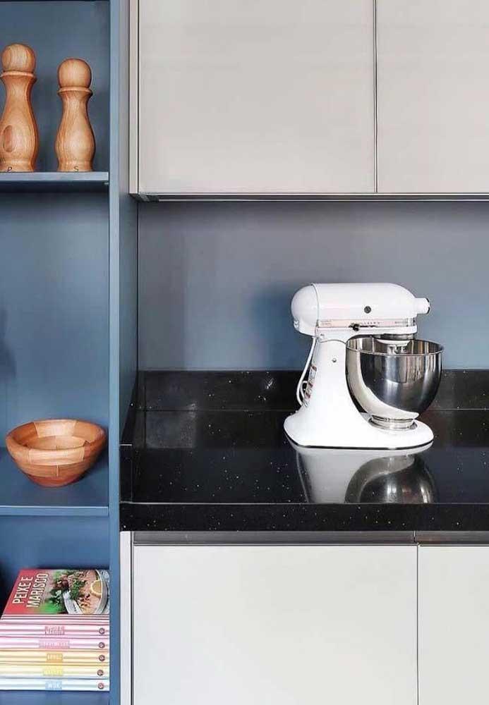Cozinha moderna com bancada de granito preto stellar.