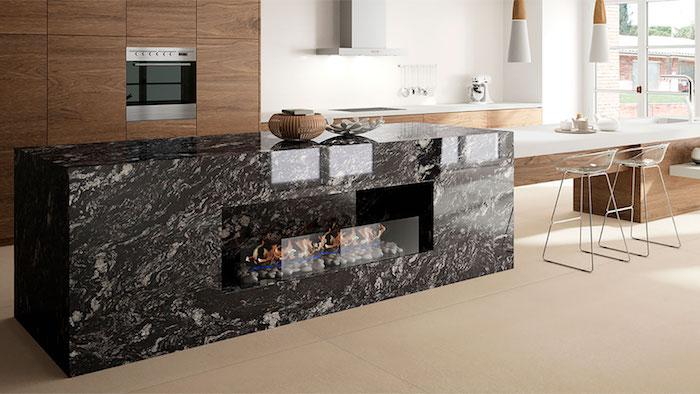 Cozinha moderna com ilha de granito preto indiano.