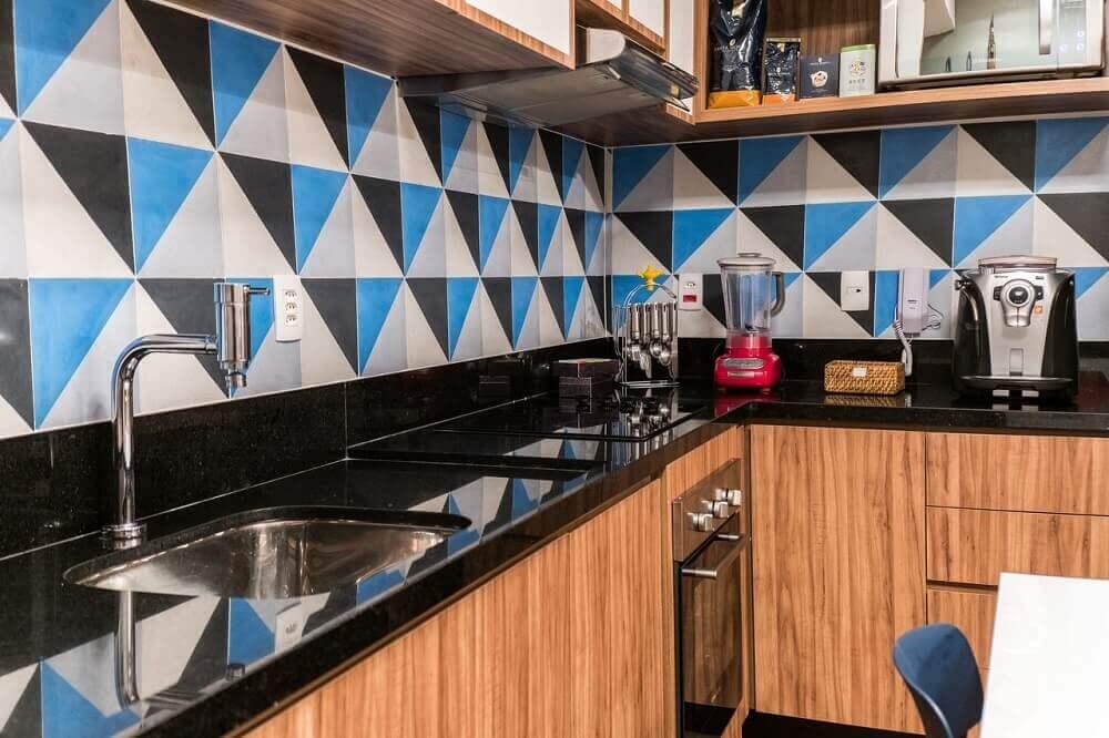 Cozinha simples decorada com papel de parede com estampa geométrico.