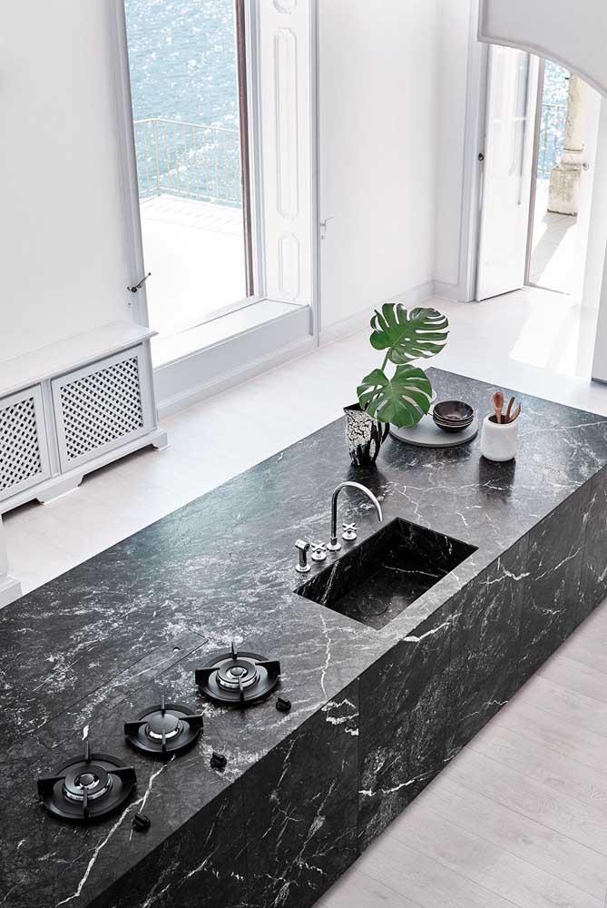 Cozinha com ilha luxuosa com granito via láctea.