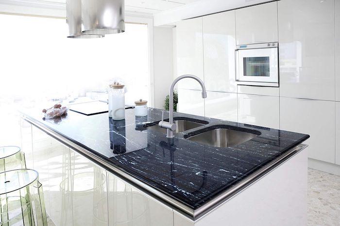 Cozinha moderna com armários brancos.