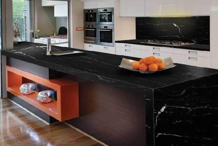 Cozinha moderna com ilha e bancada de granito preto via láctea.