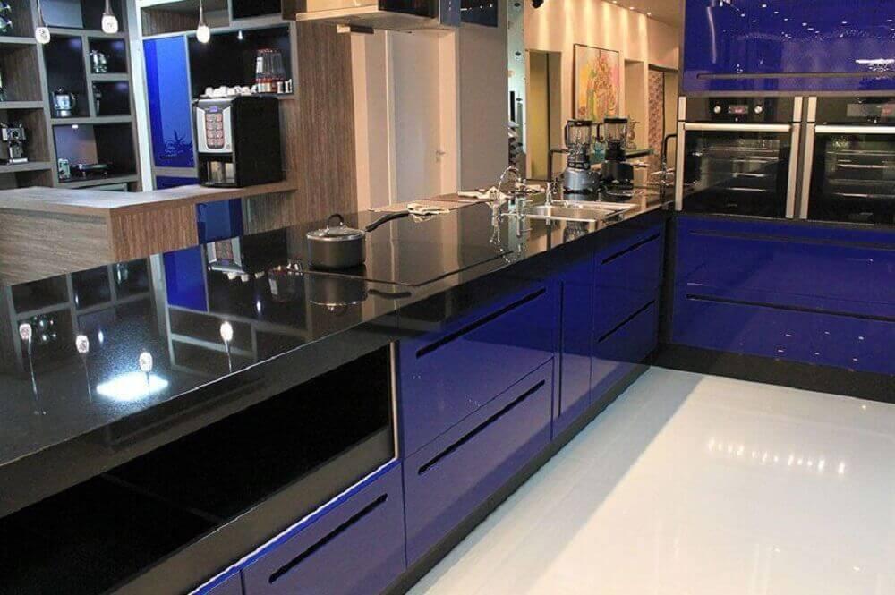 Cozinha moderna com armário azul.