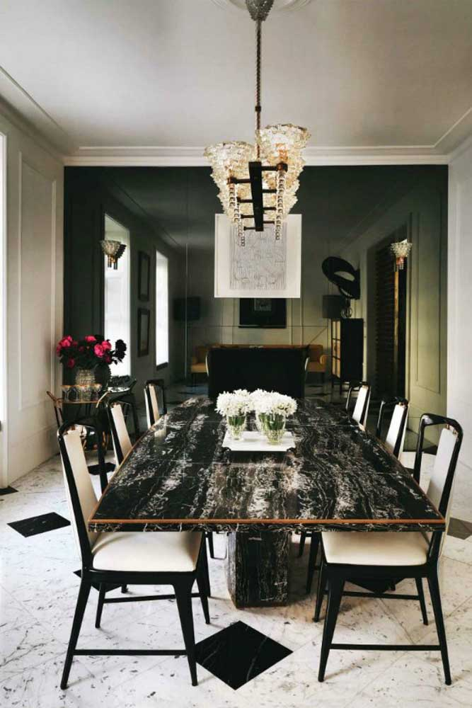 Sala de jantar com mesa de granito preto indiano.