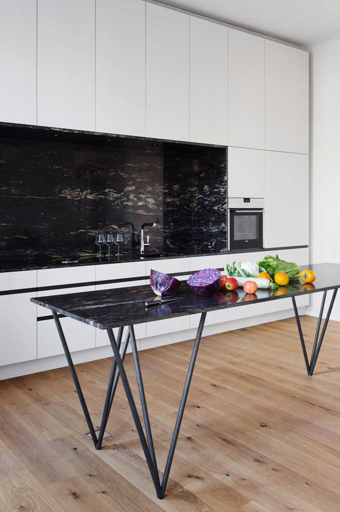 Cozinha aberta moderna com revestimento de granito preto.
