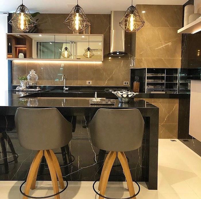 Cozinha em U moderna com churrasqueira.