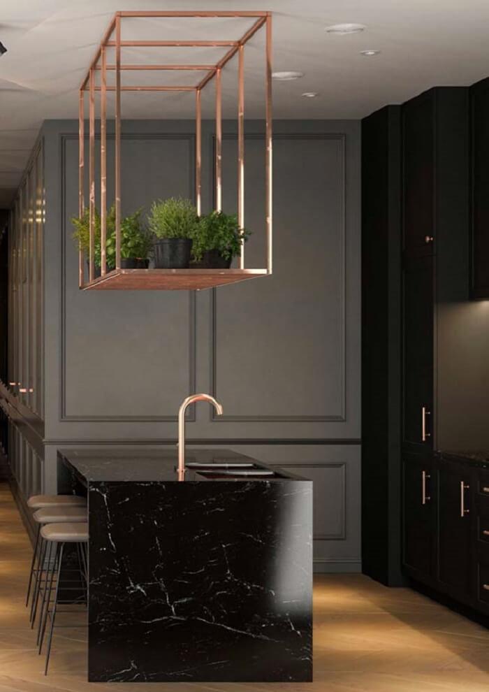 Cozinha com ilha moderna com decoração escura.