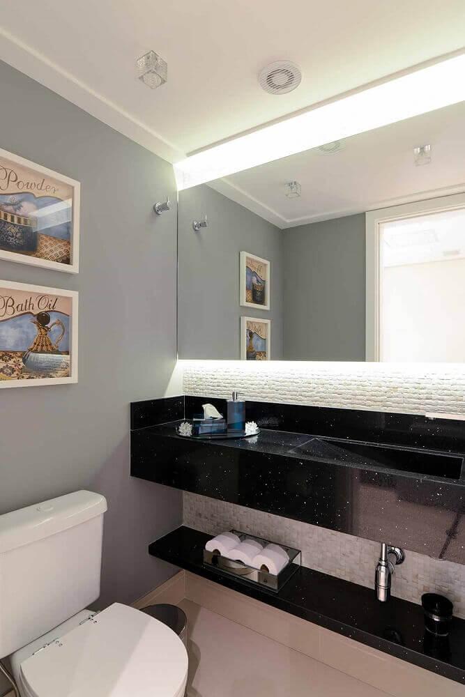 Banheiro com pia esculpida em granito stella.