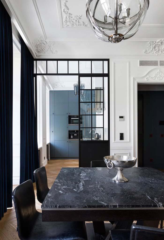 Sala de jantar com tampo de granito preto.