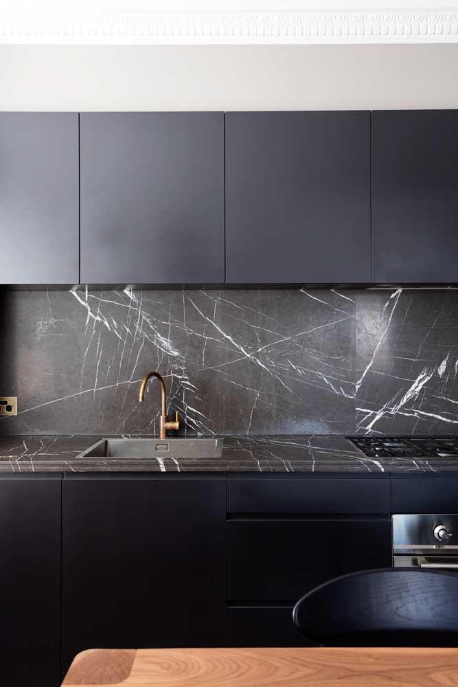Cozinha moderna preta.