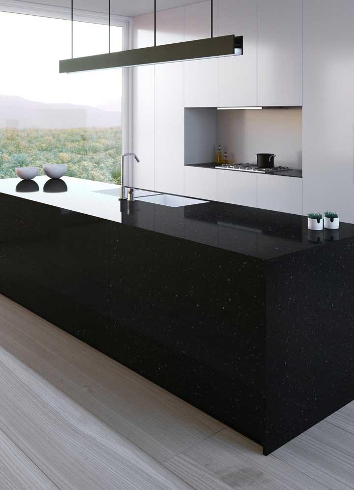 Cozinha moderna com ilha revestida de granito stella.