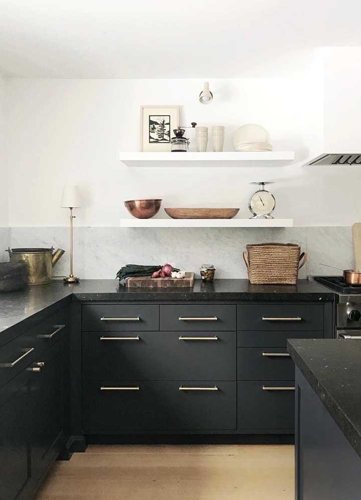 Cozinha escandinava com armário preto.