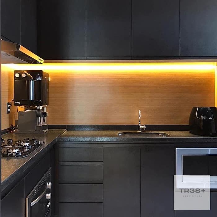 Cozinha moderna com iluminação de LED.