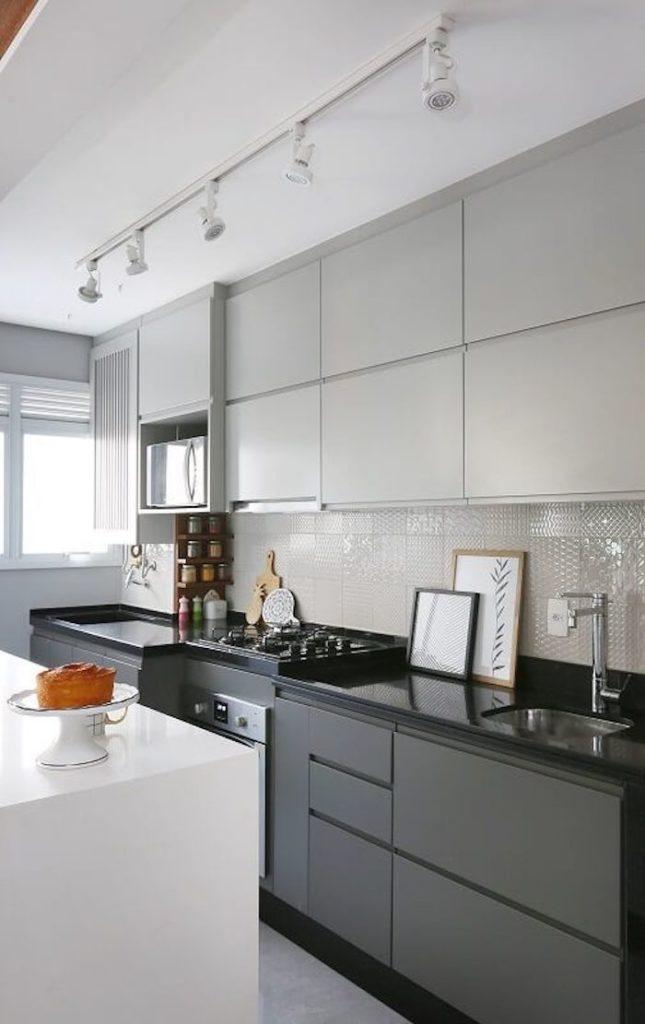 Cozinha simples preto e branco.