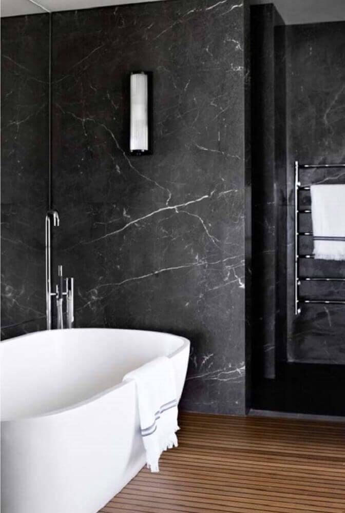 Banheiro luxuoso com banheira e deck de madeira.
