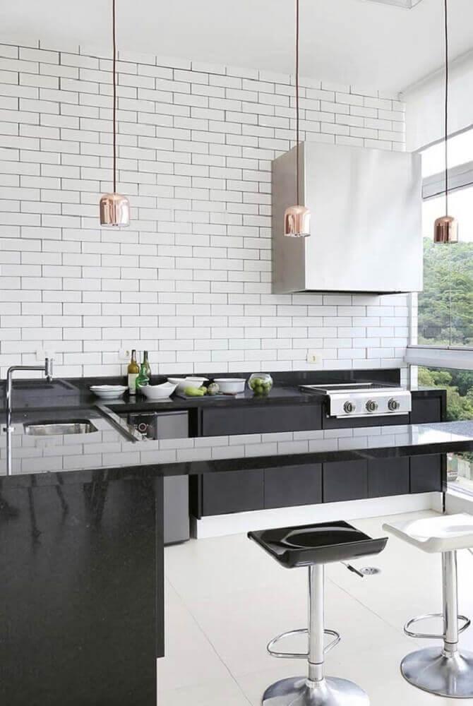 Cozinha em U preta e branca.