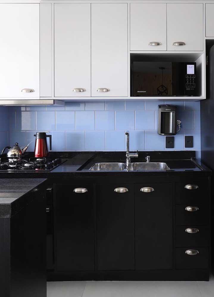 Cozinha simples com azulejo azul.