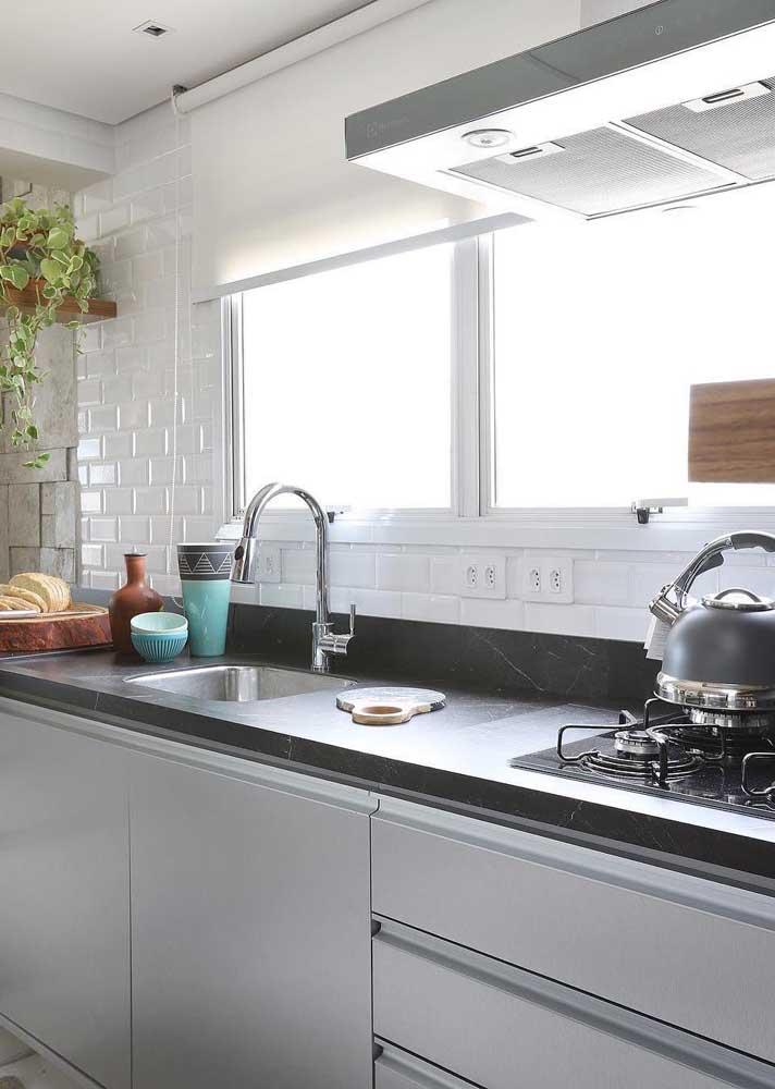 Cozinha simples com revestimento de azulejo de tijolinho branco.