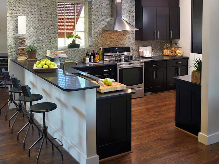 Cozinha americana com armários pretos.