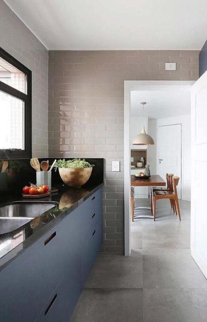 Cozinha pequena com armários azuis.