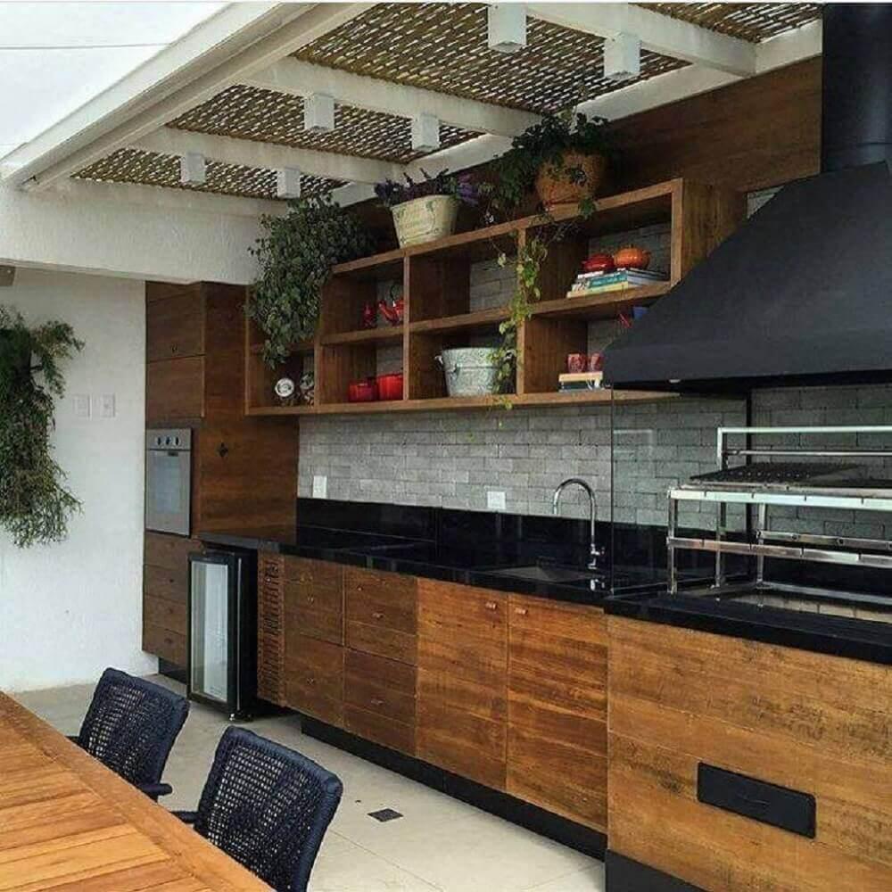 Área gourmet com armários de madeira.