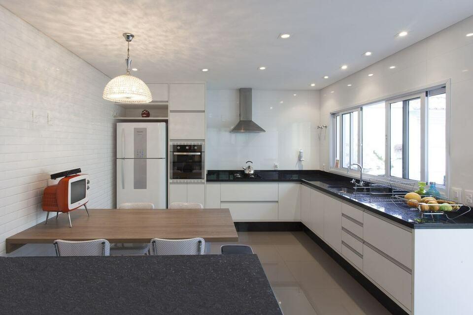 Cozinha planejada com spots de LED.