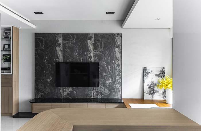 Painel de tv de granito preto e rack de madeira.