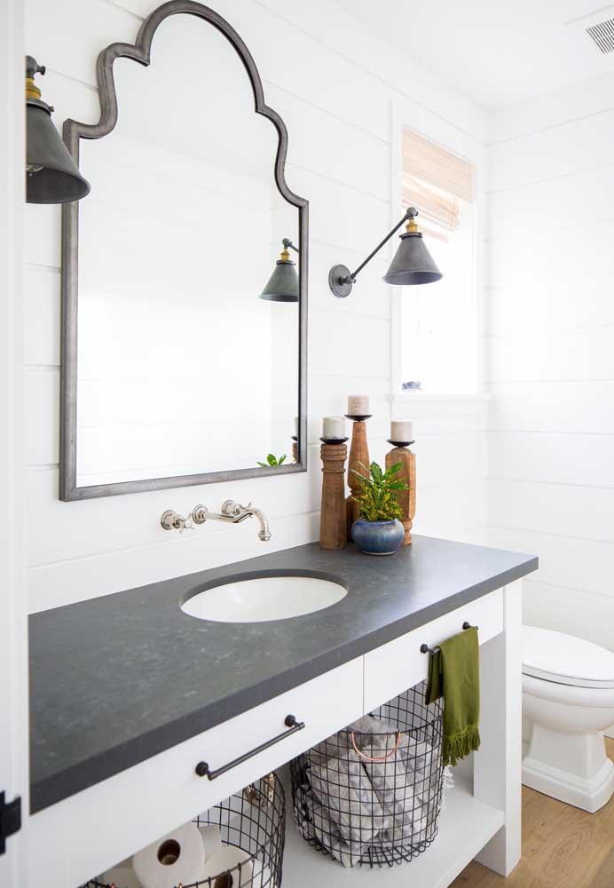 Banheiro clean com bancada de granito preto.