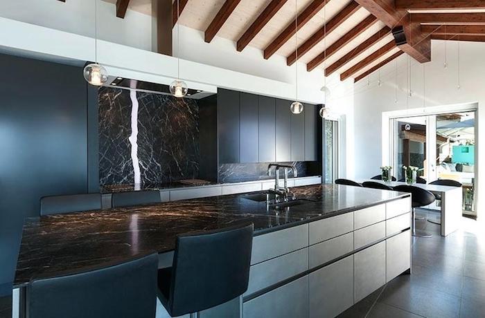 Cozinha com ilha moderna.