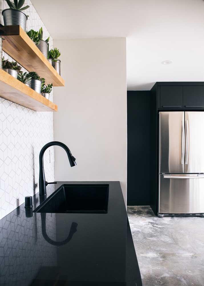 Cozinha com bancada de granito preto absoluto.