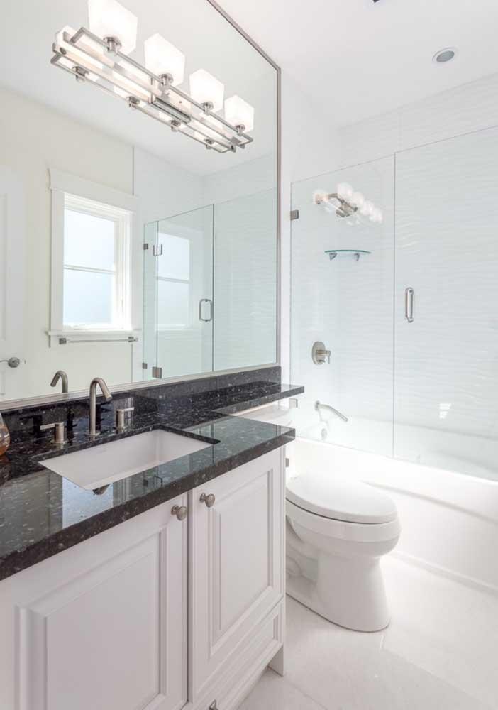 Banheiro branco clássico.