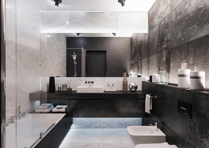 Banheiro luxuoso com banheira.