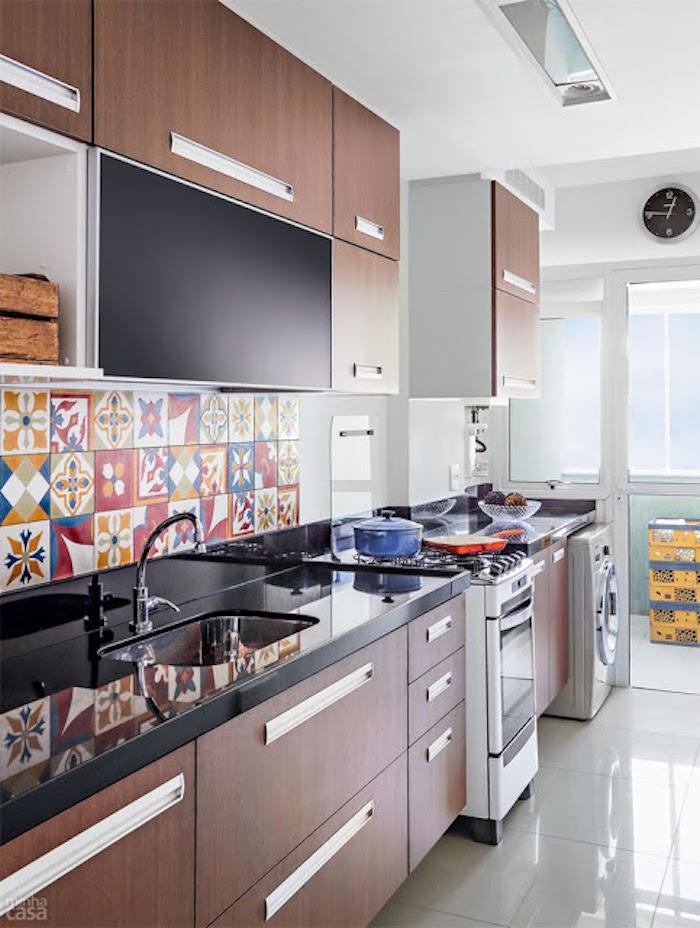 Cozinha pequeno simples com azulejo decorado e armário de madeira.