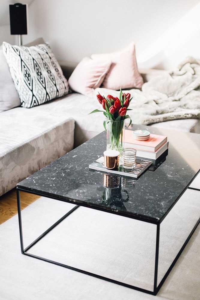 Sala moderna com mesa de centro com tampa de granito preto.