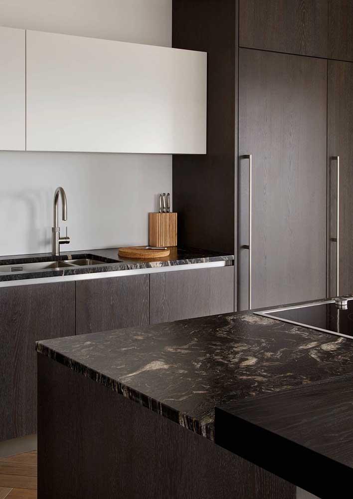 Cozinha moderna com armários de madeira escura.