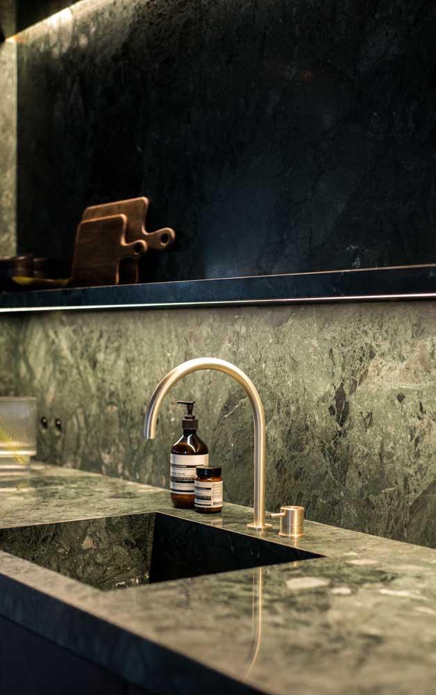Banheiro com revestimento de granito verde ubatuba.
