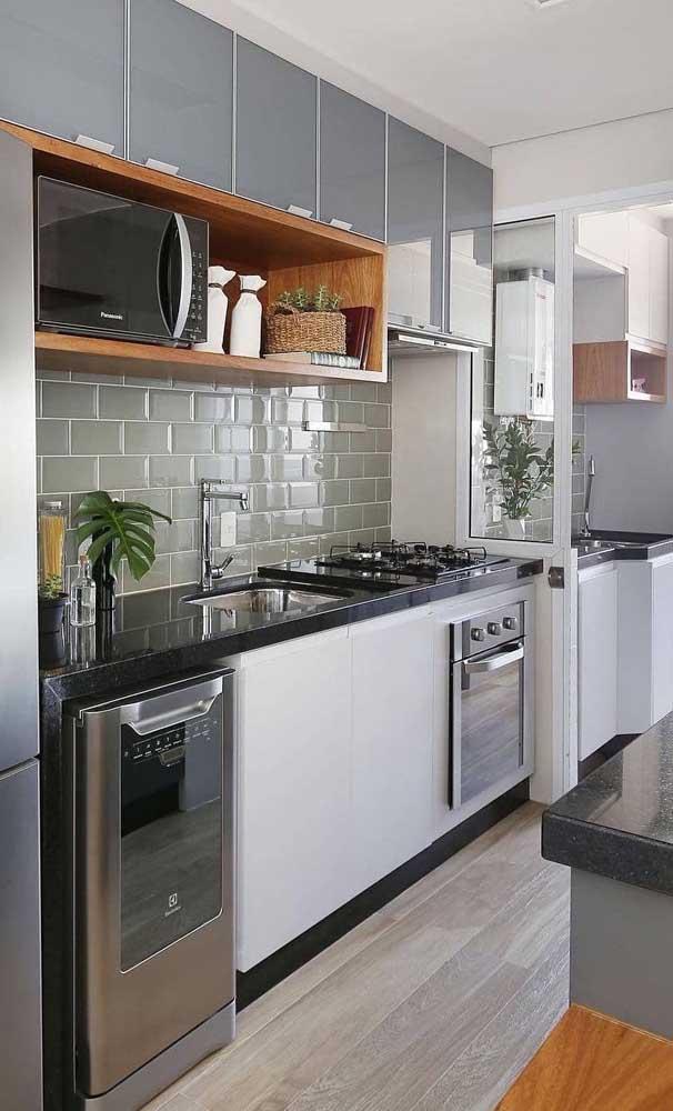 Cozinha pequena com pia de granito verde ubatuba.