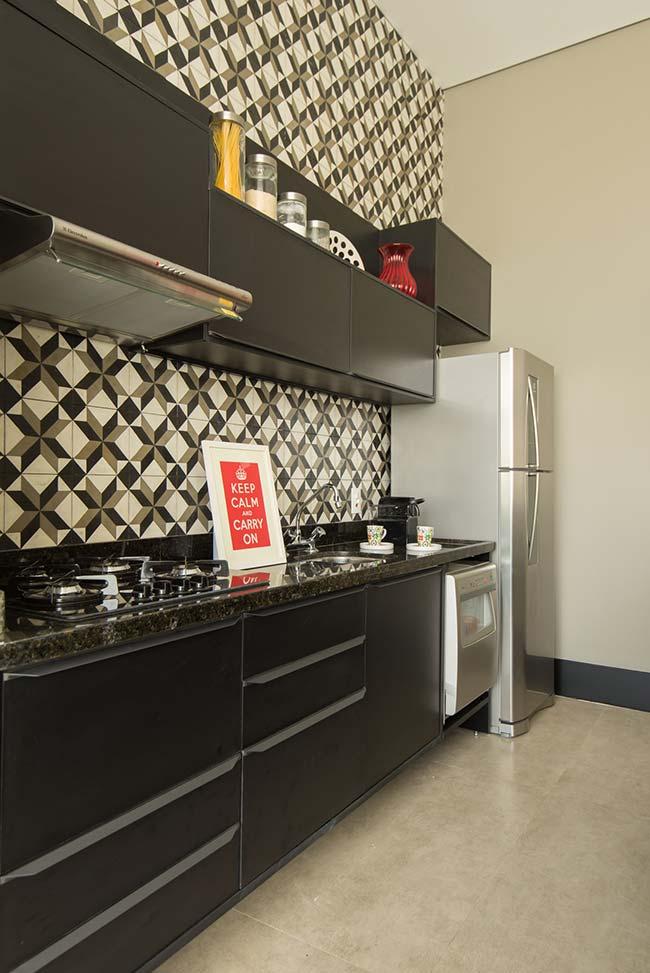 Cozinha pequena com azulejo em mosaico.