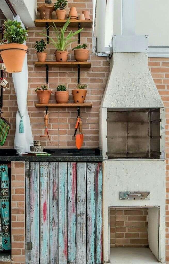 Churrasqueira pré-montada na área externa decorada.