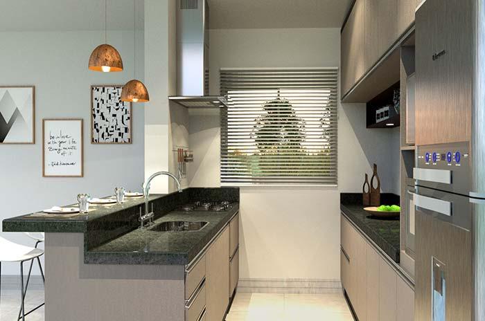 Cozinha americana com armários neutros.