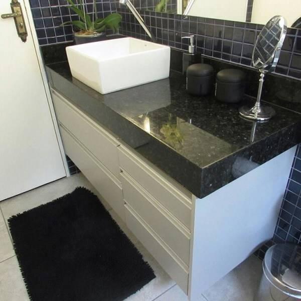 Banheiro com bancada de granito verde ubatuba e cuba quadrada.