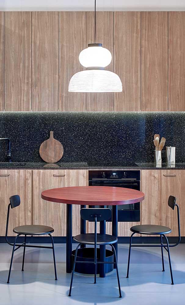 Cozinha moderna com granito verde ubatuba.