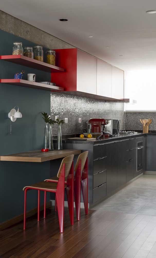 Cozinha moderna com armário vermelho e pastilhas pretas.
